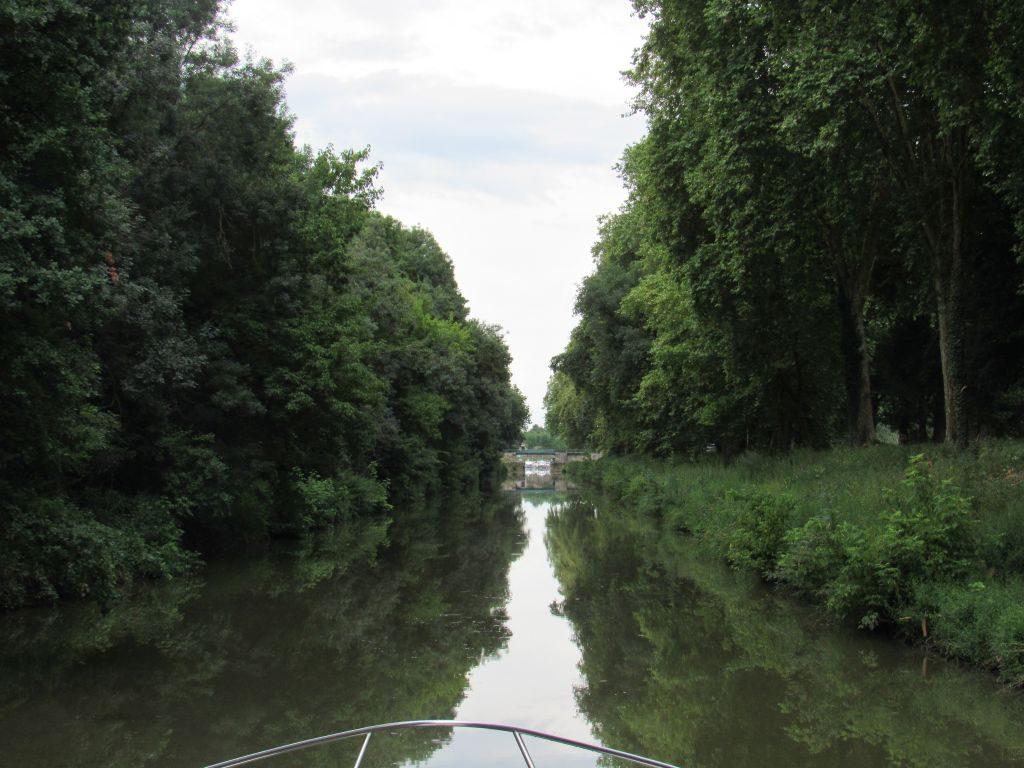 Trundling along Pont de Vaux