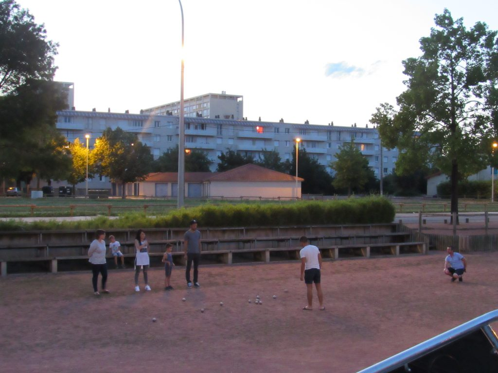 People playing petanq