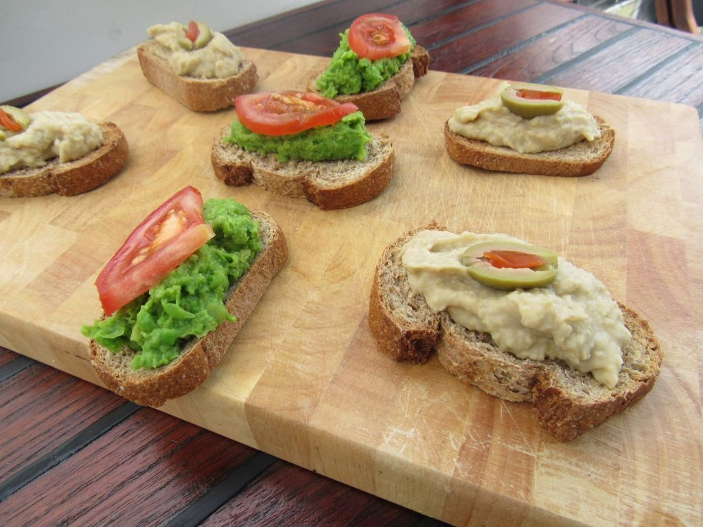 Petit pois and chick pea pate of whole wheat bread
