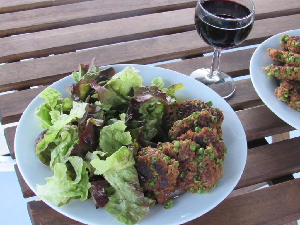 Green salad with pea and rice rissoles