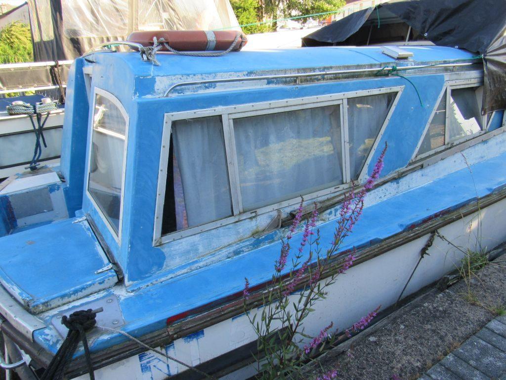Deadbeat boat in Blanzy